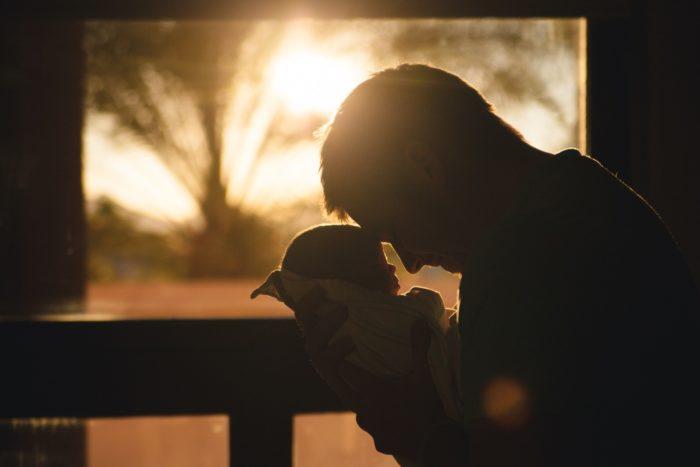 Ao assumir seu papel e seu protagonismo no cuidado com os filhos, os pais fazem com que a criança se sinta amada, protegida, vista e cuidada