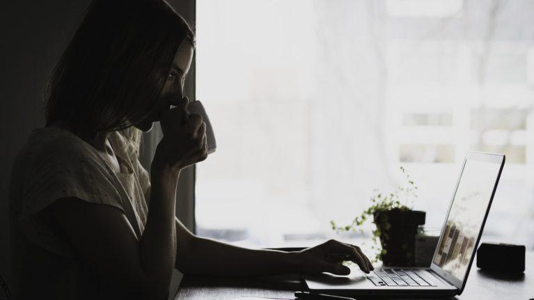 Relacionamentos virtuais podem dar certo? Veja os perigos e vantagens