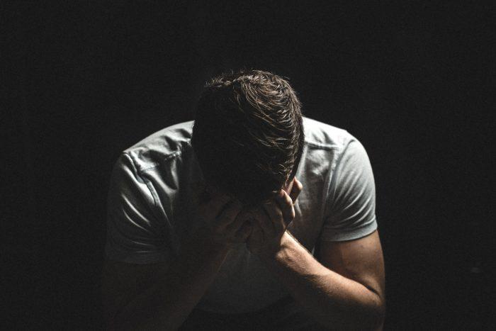 A Síndrome do Amor Negativo tem absolutamente tudo a ver com o complexo de inferioridade. Enquanto estou inconsciente de que é isso que me acontece, a minha crença infantil de que sou pior ou inferior continua a prevalecer e a me trazer diversas consequências negativas, principalmente o autoboicote.