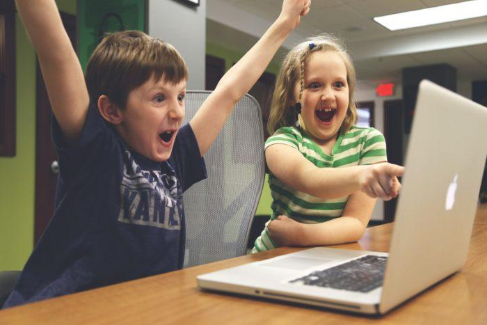 O que é que me resta fazer diante disso? Reclamar e dizer que a tecnologia corrompeu meus filhos e sua geração? Ou aceitar que os tempos são outros e usar a sabedoria da vida em favor da educação dos meus filhos?